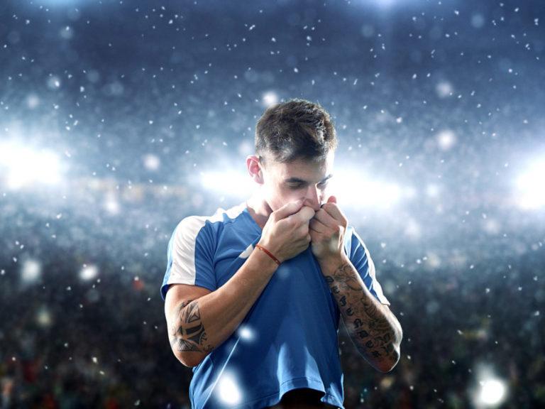 homem-beijando-camiseta-estádio-de-futebol-BetssonFC